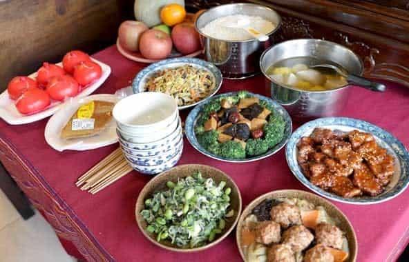 合爐祭拜的對象為祖先,人數較多所以碗筷及菜碗的份量也比較多