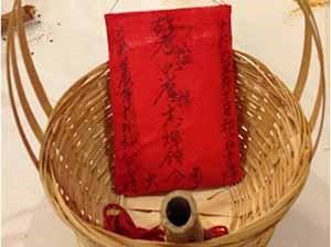 骨灰罈紅茶茶包包裝很像除靈時會用到的香火袋